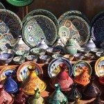 ceramicas lindas nos souks! destaque para as _tajines_que são esses potes com tampa piramidal