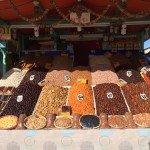 na Praça Jemma El Fna, barraca vendendo frutas secas (destaque para as deliciosas tâmaras! hummm)