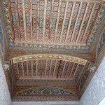 teto ricamente decorado no Palais Bahia