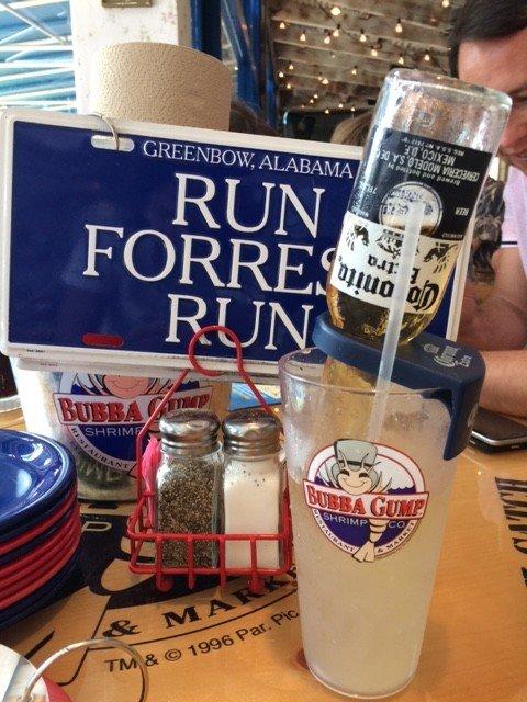 Tem até plaquinha do Forrest nas mesas