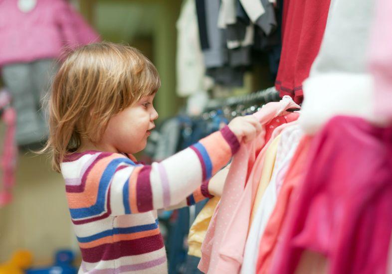 crianca-escolhendo-roupa