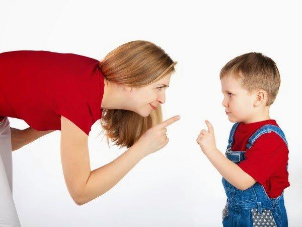 castigo-criança-palmadas-mãe-conversando-com-filho-ciumes-infantil