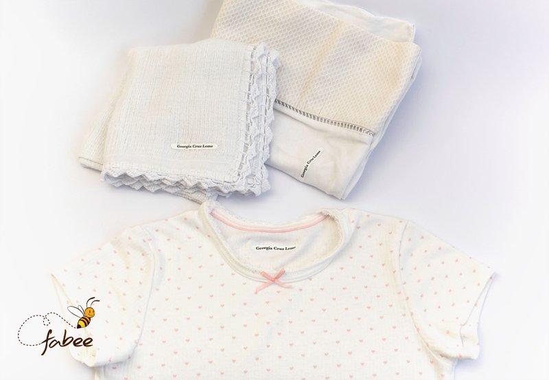 Camisetas e toalhas com etiquetas personalizadas