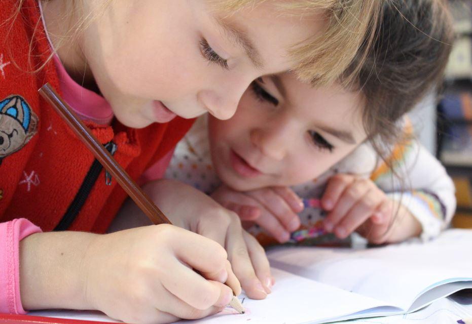 Criança estudando Fabee Store