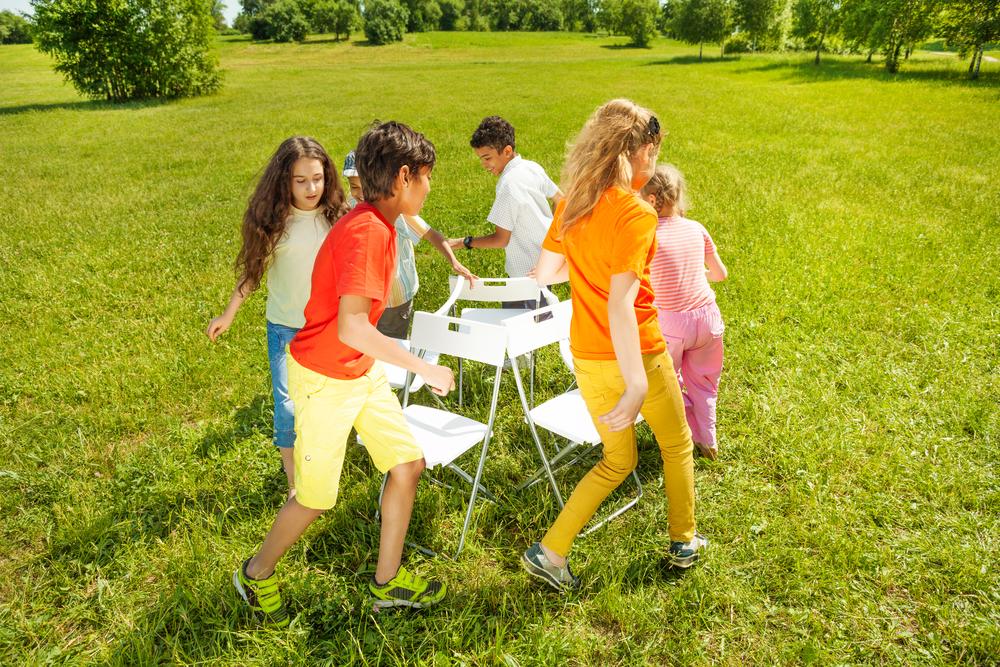 Brincadeiras para alegrar a festa de dia das crianças - dança das cadeiras